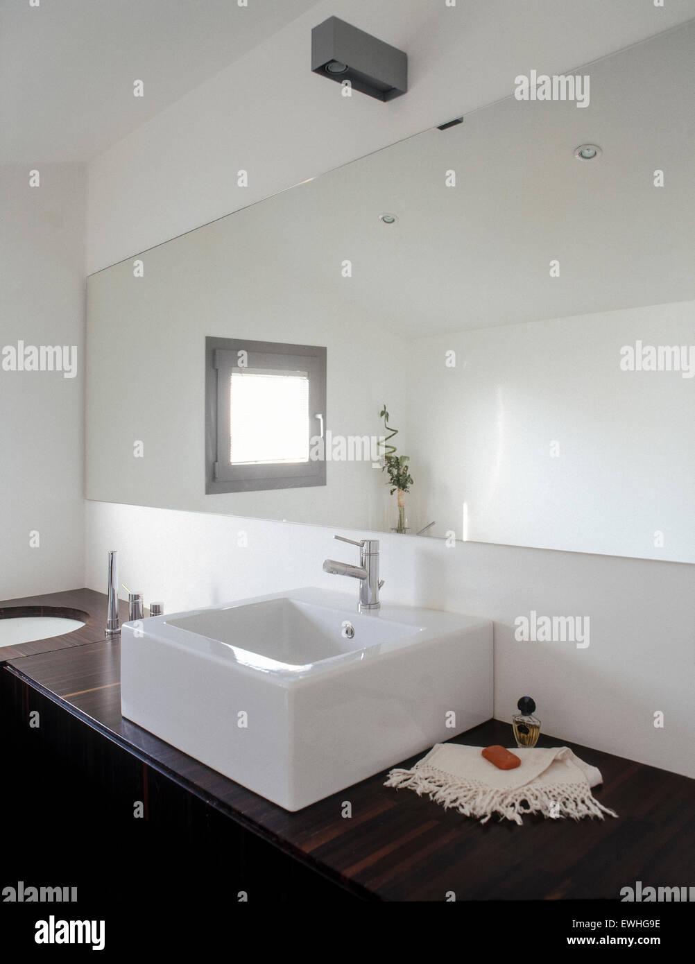 Vordergrund der Waschbecken im modernen Badezimmer mit ...