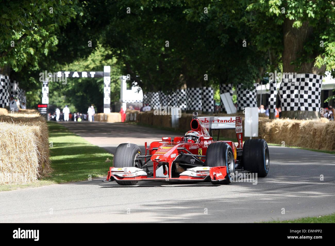 Goodwood, West Sussex, UK. 26. Juni 2015. Kimi Ferrari FI Auto verlässt die Strecke beim Goodwood Festival Stockbild
