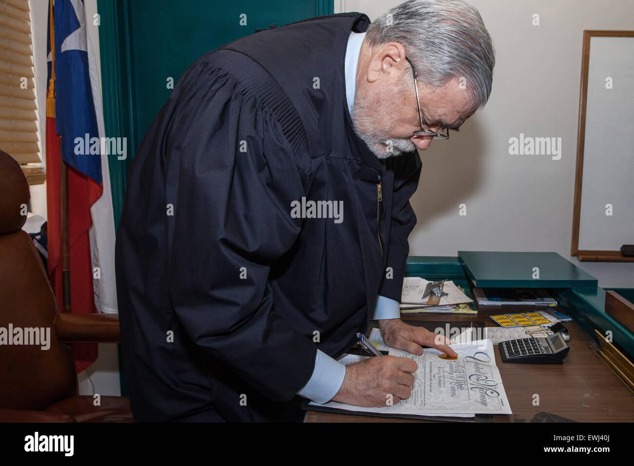 Austin, Texas, USA. 26. Juni 2015. Richters Herb Evans von Travis County, Texas unterschreibt die Heiratsurkunde Stockfoto
