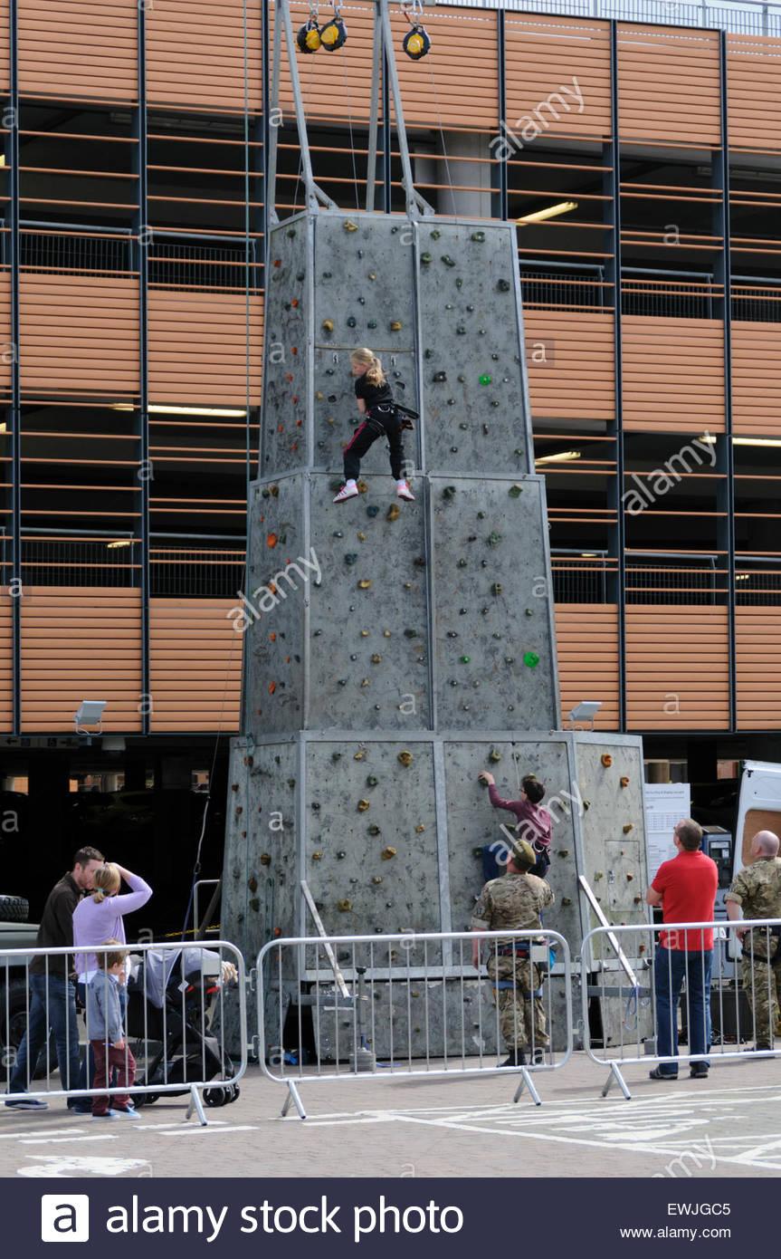 Livingston, UK. 27. Juni 2015.  Paar von Jugendlichen ausprobieren der Kletterwand. Armed Forces Day ist eine jährliche Stockbild