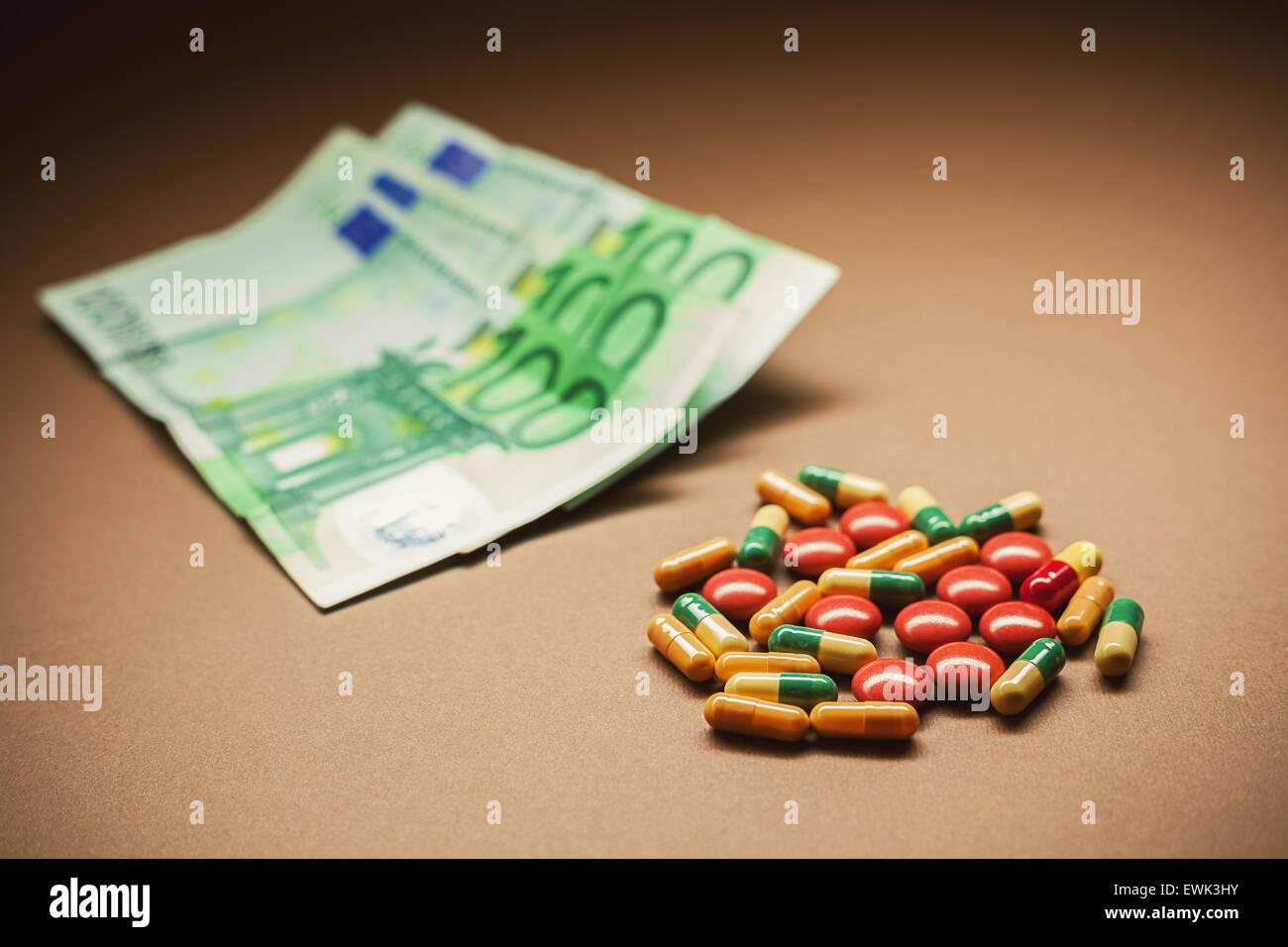 Konzeptuelle Komposition, ein Bedürfnis nach Heilung, Euro-Banknoten im unscharfen Hintergrund darstellt. Stockbild