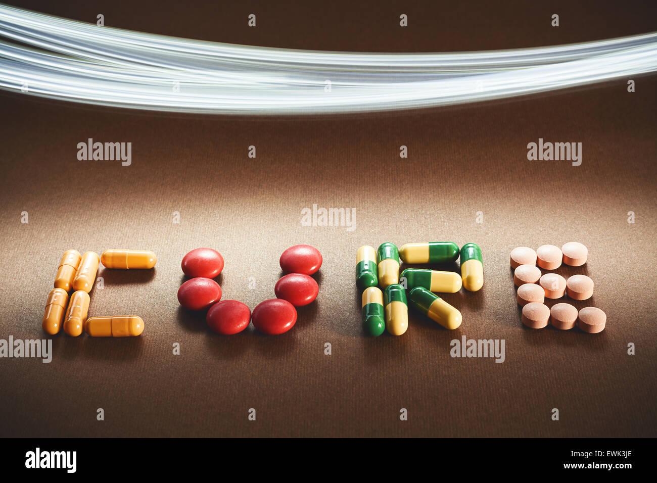 Wort Heilung mit verschiedenen verschiedenen Pillen und Tabletten, Lichtwirkung in Oberseite des Bildes geschrieben. Stockbild