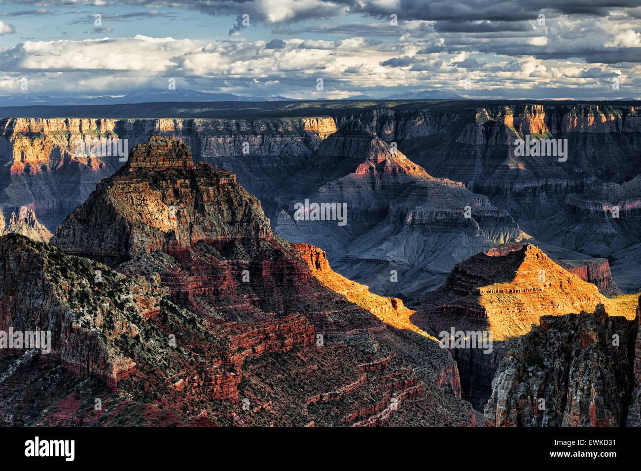 Am Abend Sonne bricht als Frühling Sturm baut über den North Rim von Arizona Grand Canyon National Park Stockbild