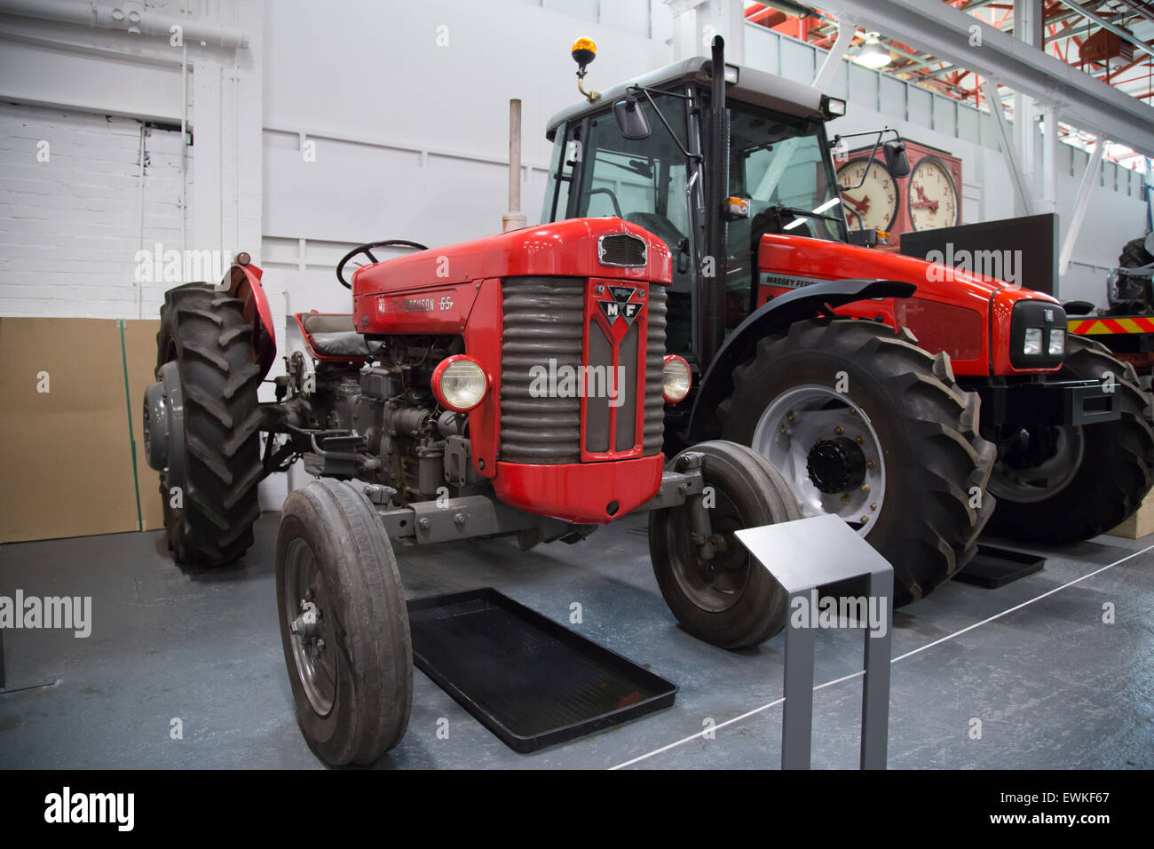 2002 massey ferguson traktor auf dem display an coventry transport museum neben einem oldtimer. Black Bedroom Furniture Sets. Home Design Ideas