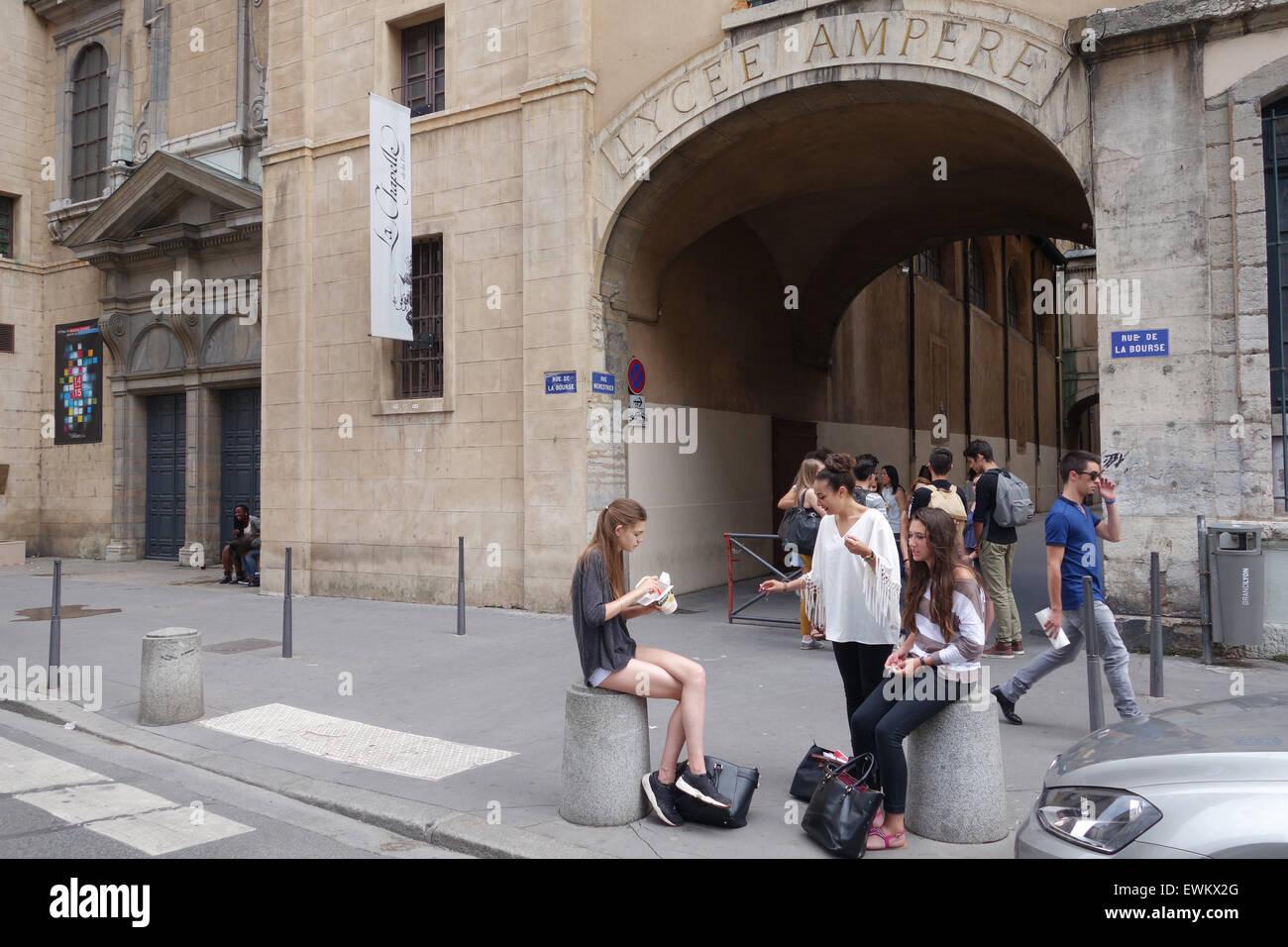 Studenten Schüler Oustide Lycee Ampere College in Lyon Frankreich Stockbild