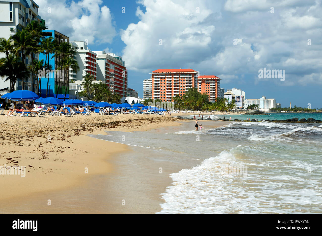El Condado Beach, blaue Schirme und Skyline, El Condado, San Juan, Puerto Rico Stockbild