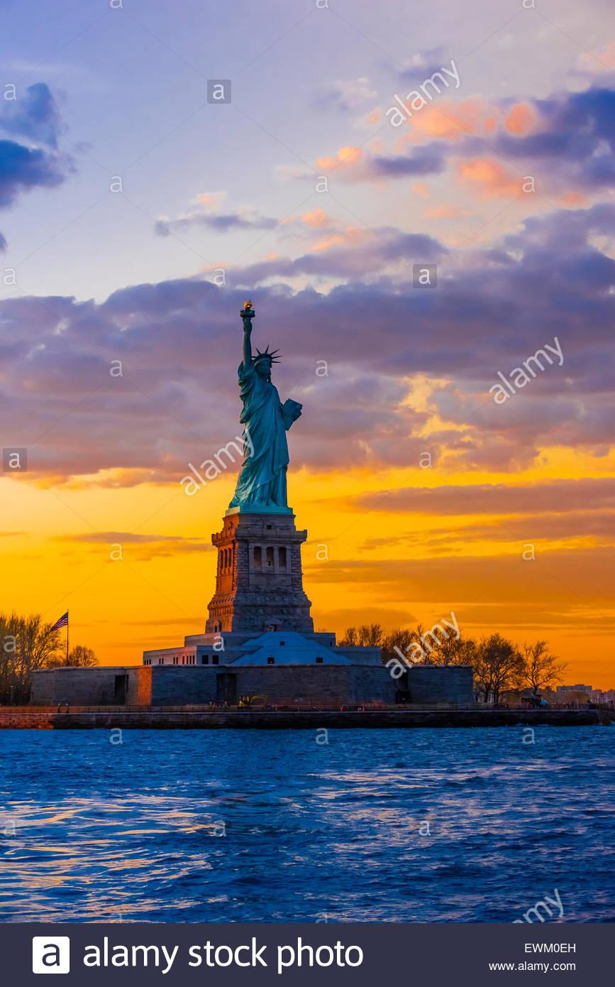 Freiheitsstatue bei Sonnenuntergang, New York Harbor, New York, New York USA. Stockbild