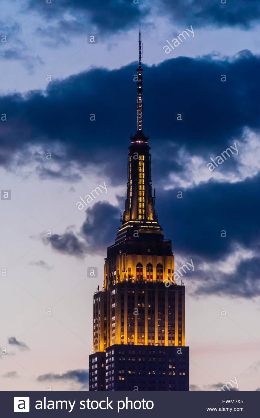 Empire State Building in der Dämmerung, New York, New York USA beleuchtet. Stockbild