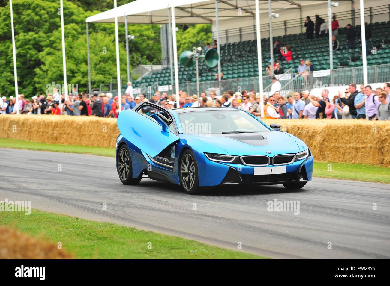 Rennfahrer Tiff Needell fährt ein Hybrid BMW i8 bei dem Goodwood Festival of Speed. Rennfahrer, besuchte Prominente Stockbild