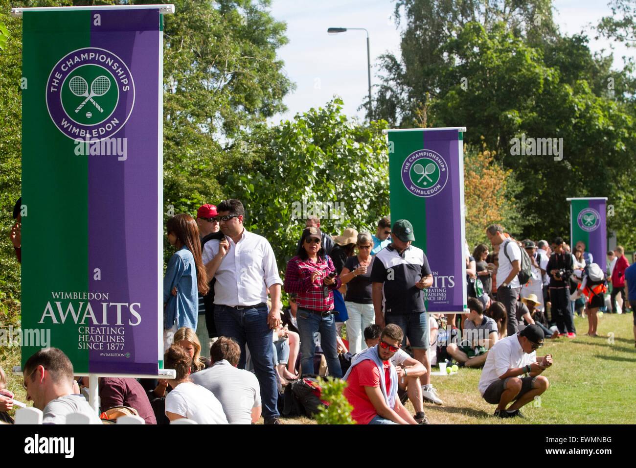 Wimbledon London, UK. 29. Juni 2015. -Fans versammelt am ersten Tag des Wimbledon Tennis Championships 2015 Temperaturen Stockbild