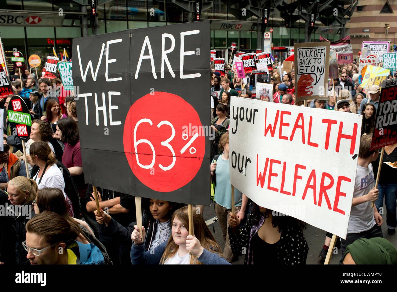 """März gegen den Sparkurs, London 20. Juni 2015. Ein Demonstrant hält ein Plakat sagt, """"Wir sind die Stockbild"""