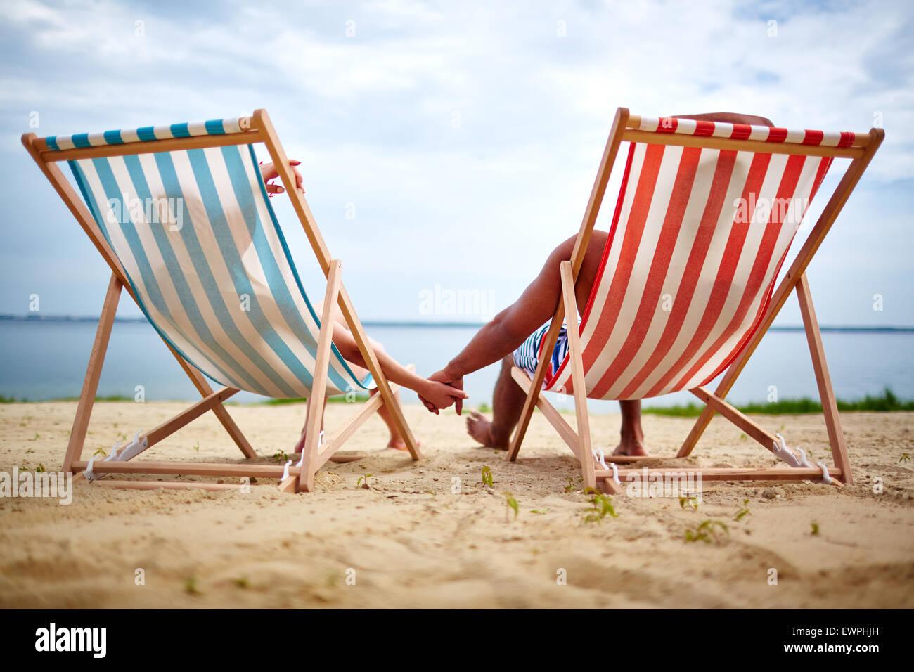 Erholsamen paar Sonnenbaden am Strand Stockbild