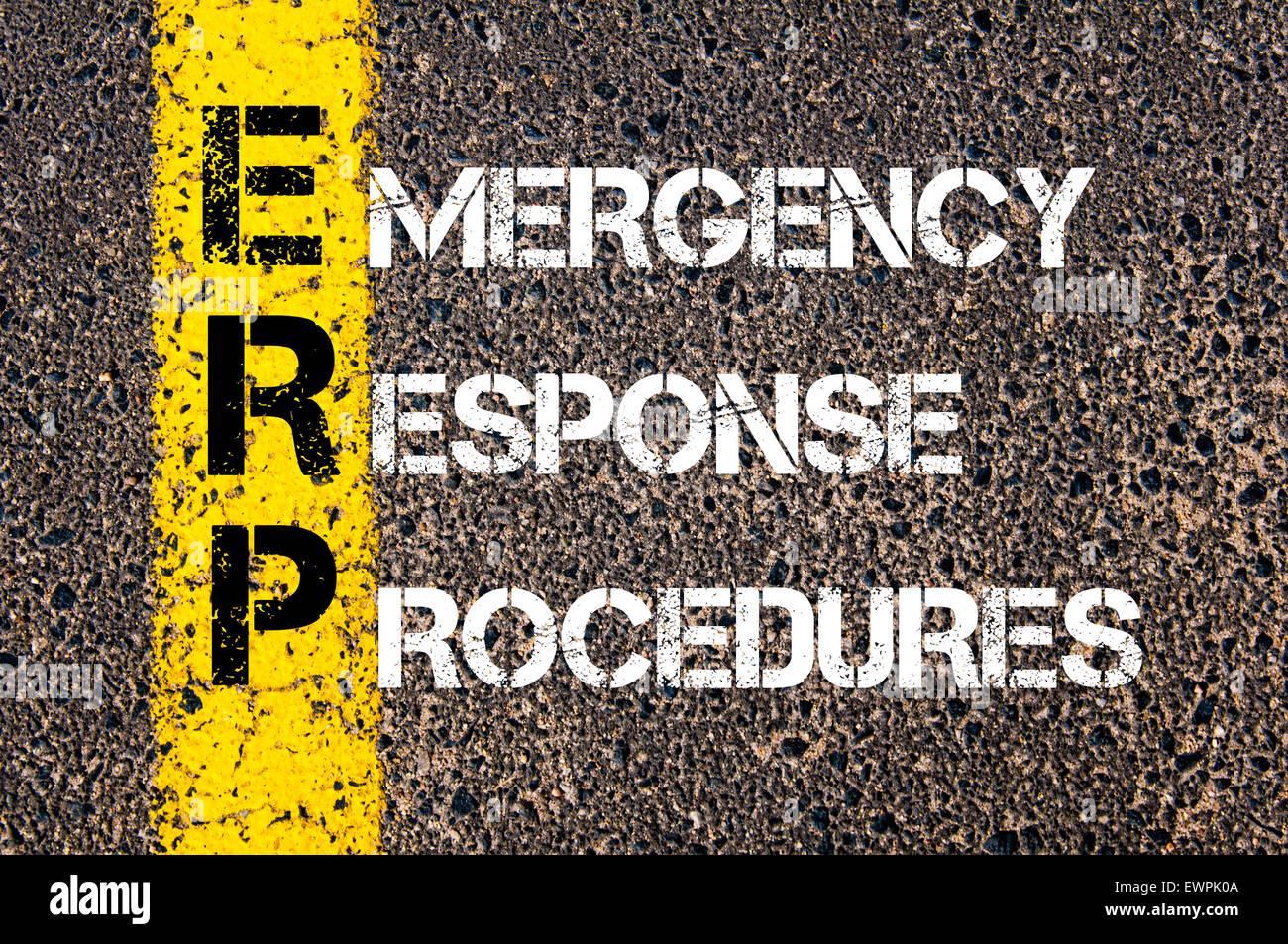 Konzept-Bild des Business Abkürzung ERP als Emergency Response Verfahren über Straße Markierung gelber Stockbild