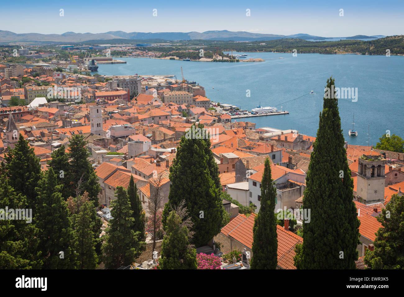 Sibenik, Sibenik-Knin County, Dalmatien, Kroatien. Die Aussicht auf die Stadt. Stockbild