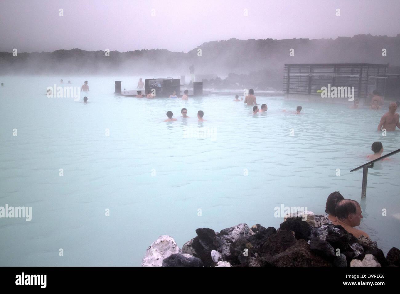 Touristen in der blauen Lagune Therme in nebligen kaltem Wetter Island Stockbild