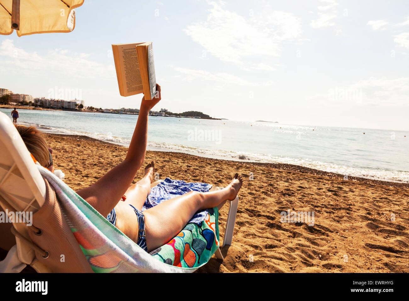 buch lesen am meer urlaub strandurlaub zur ckgreifen ibiza spanien spanisch sand himmel frau. Black Bedroom Furniture Sets. Home Design Ideas