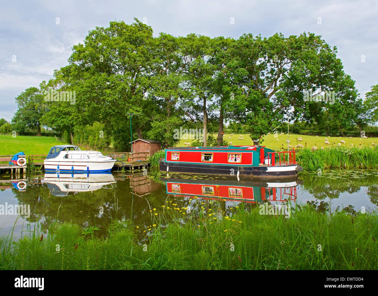 Boote vor Anker auf dem Glasson Zweig des Lancaster-Kanals, in der Nähe von Glasson Dock, Lancashire, England Stockbild