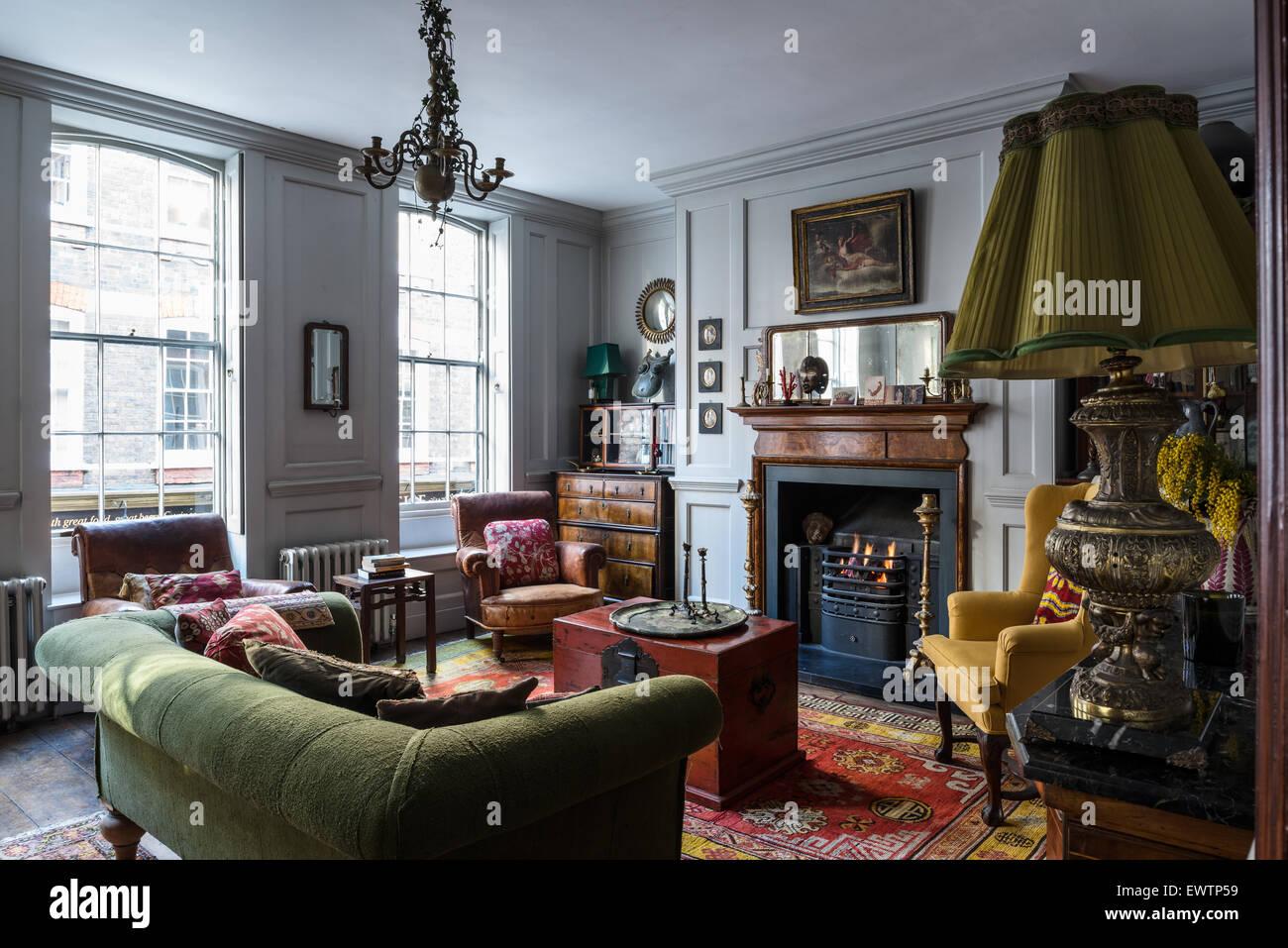 Hervorragend Rote Chinesische Truhe Im Wohnzimmer Mit Khotan Teppich Aus Turkestan,  Leder Französisch Sessel Und Grüne Sofa