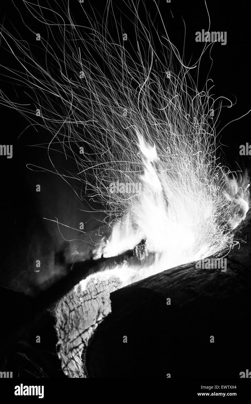 funken aus einem protokoll brennenden lagerfeuer nachts in schwarz wei oder monochrom. Black Bedroom Furniture Sets. Home Design Ideas