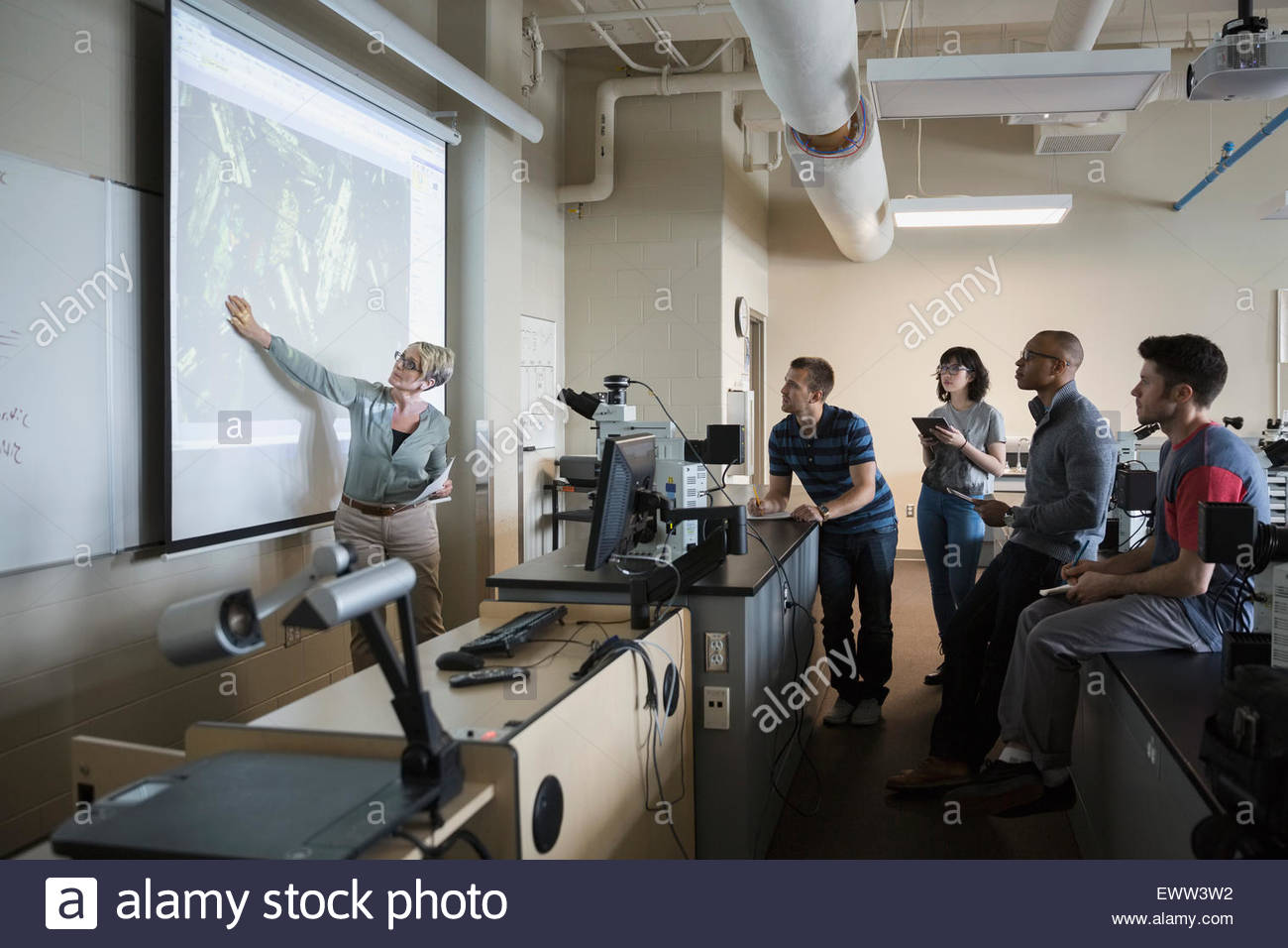Informatik-Professor führenden Lektion auf Projektion Schirm Klassenzimmer Stockbild
