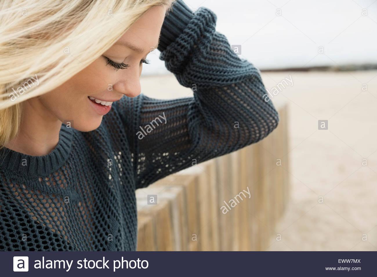 Blonde Frau blickte auf Strand Stockbild