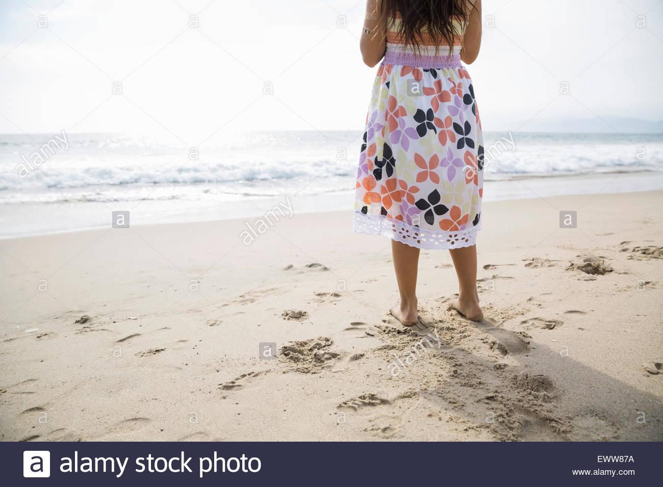 Mädchen im Sonnenkleid am Sonnenstrand Stockbild