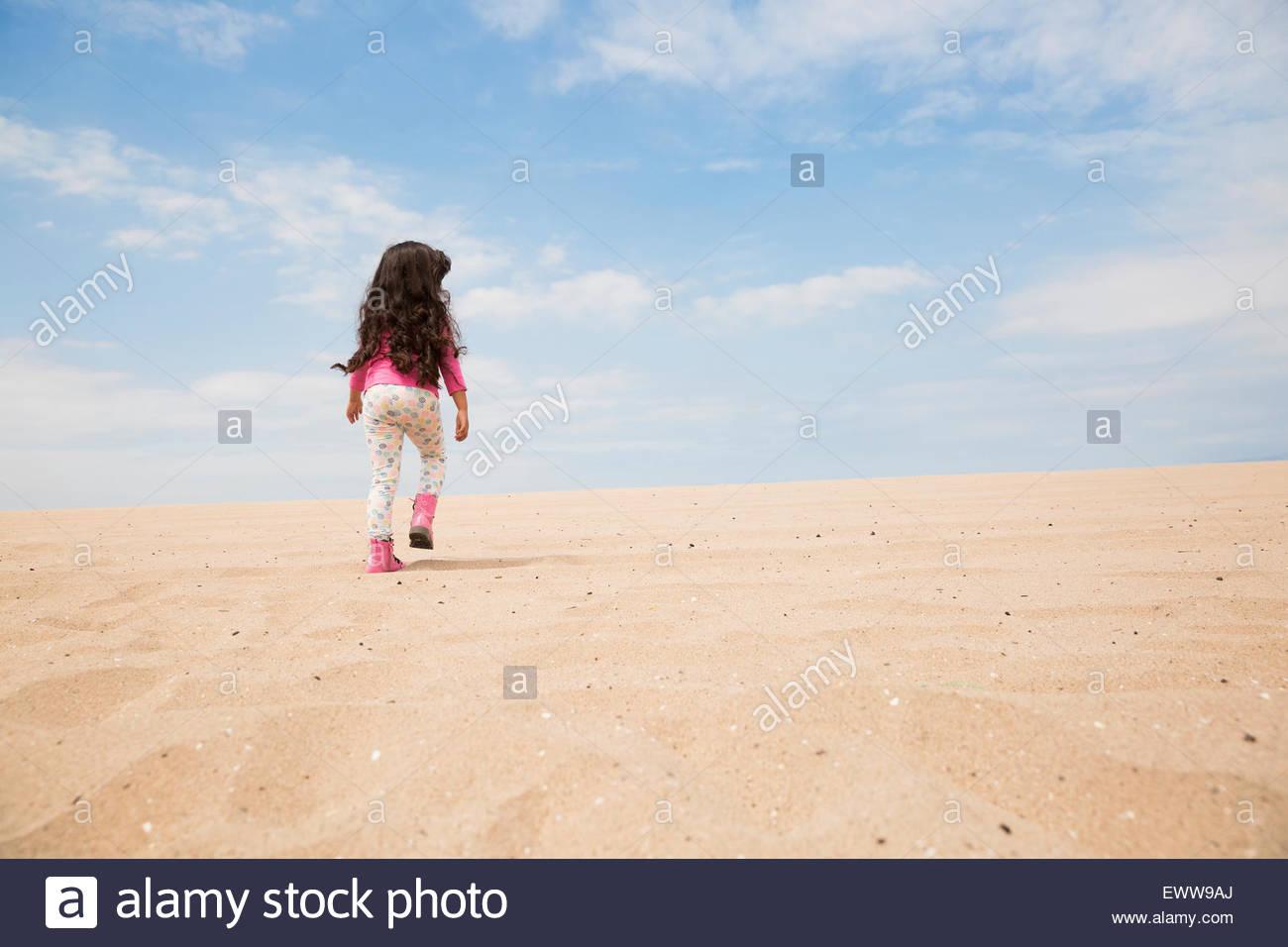 Mädchen mit langen Haaren Strand Hang hinauf wandern Stockbild