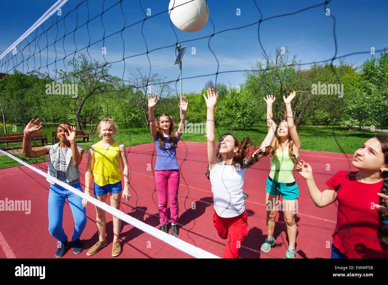 Volleyball-Spiel mit Kindern im Teenageralter zu spielen Stockbild