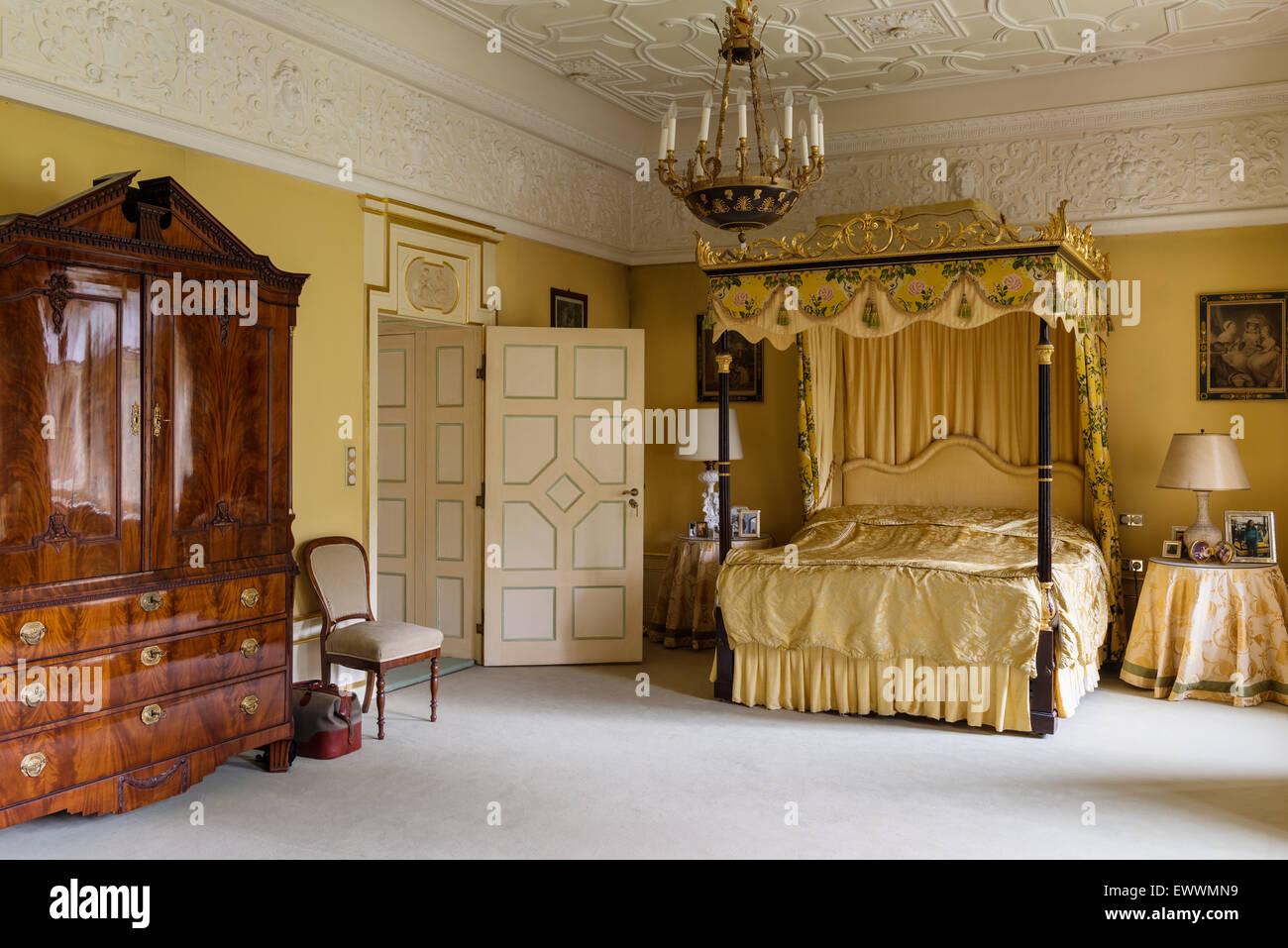 Himmelbett mit vergoldeten Rahmen in üppig Schlafzimmer mit ...