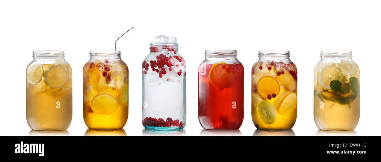 Sammlung verschiedener Getränke in Gläsern. Gläser voll Schorlen ...