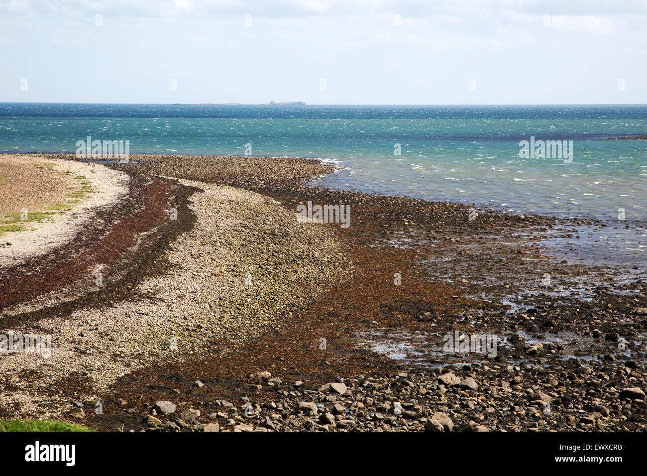 Stoney Strand bei Ebbe, heilige Insel Lindisfarne, Northumberland, England, UK Stockbild