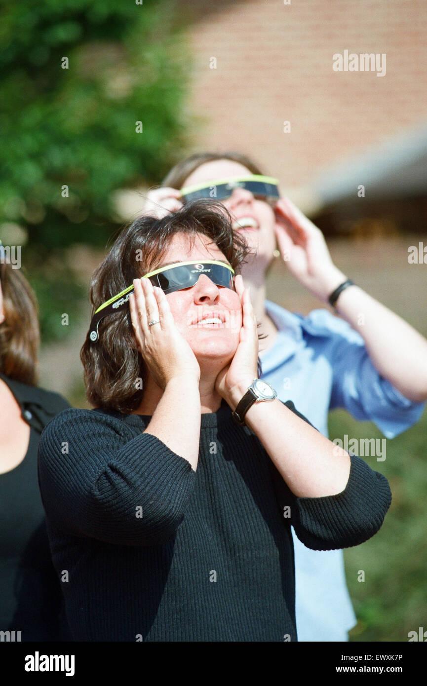 Menschen eine totale Sonnenfinsternis zu beobachten. 11. August 1999. Stockbild