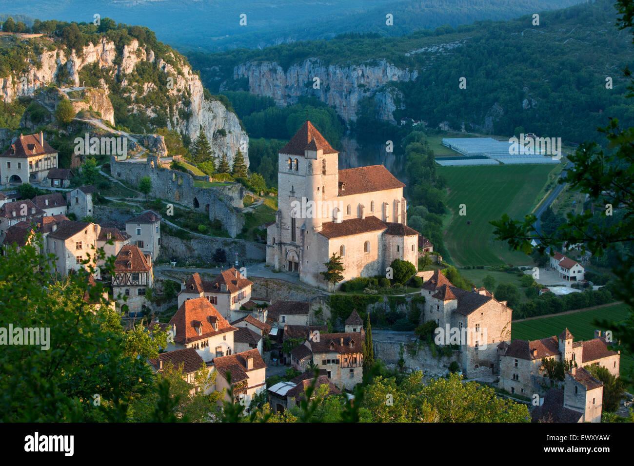 Am frühen Morgen über Saint-Cirq-Lapopie, Tal des Lot, midi-Pyrenäen, Frankreich Stockbild