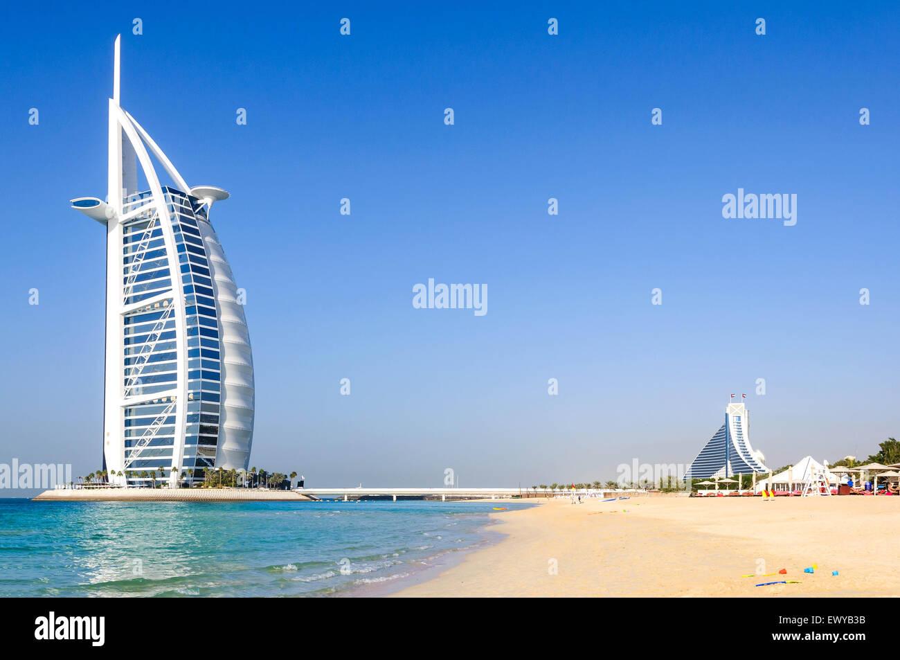 Dubai, Vereinigte Arabische Emirate - 8. Januar 2012: Ansicht des Burj Al Arab Hotel vom Jumeirah Strand. Burj Al Stockbild
