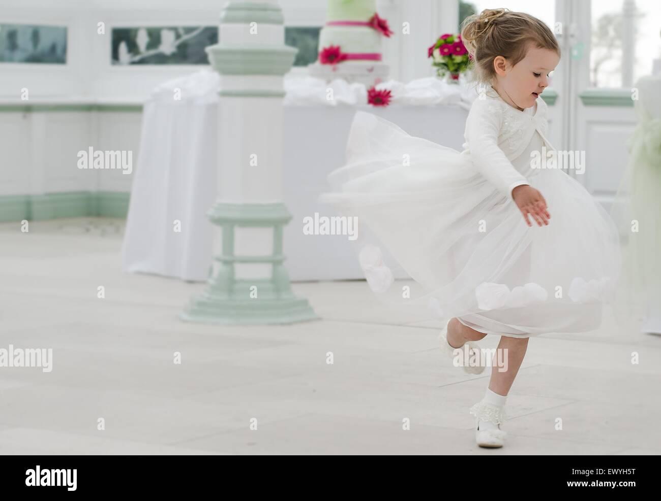 Brautjungfer auf einer Hochzeit tanzen Stockbild