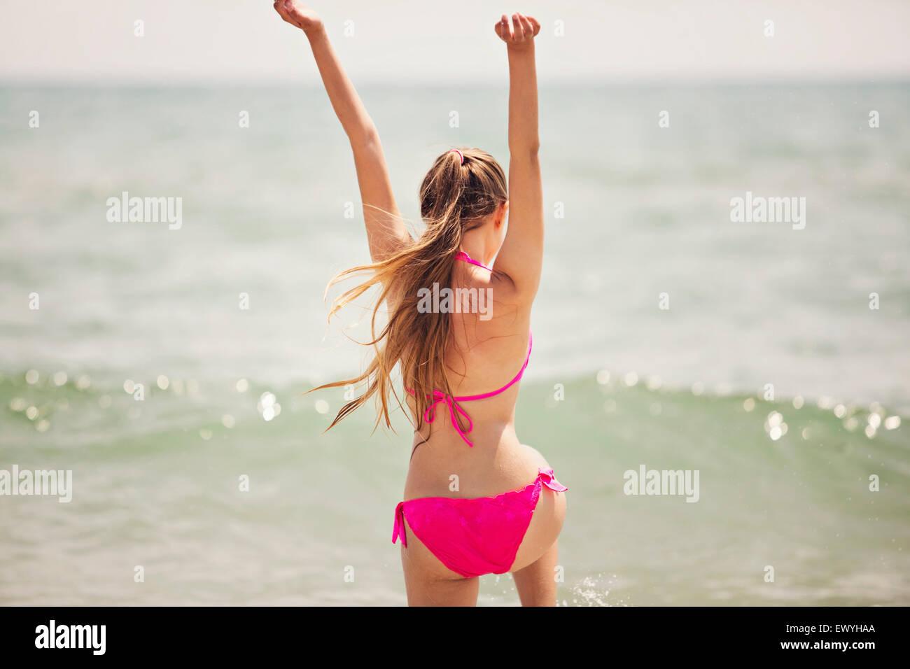 Teenager-Mädchen sprang in die Luft am Strand Stockbild