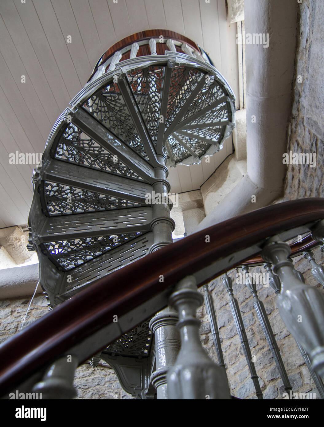 komplizierte Wendeltreppe im Gebäude aus Stein Stockbild