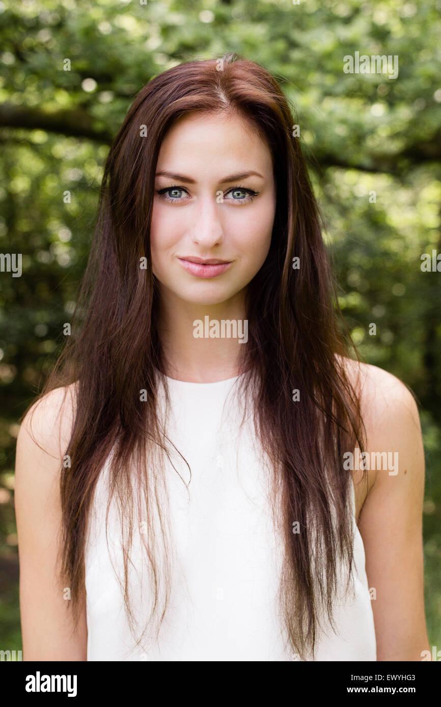 Porträt einer jungen Frau mit langen braunen Haaren Stockbild