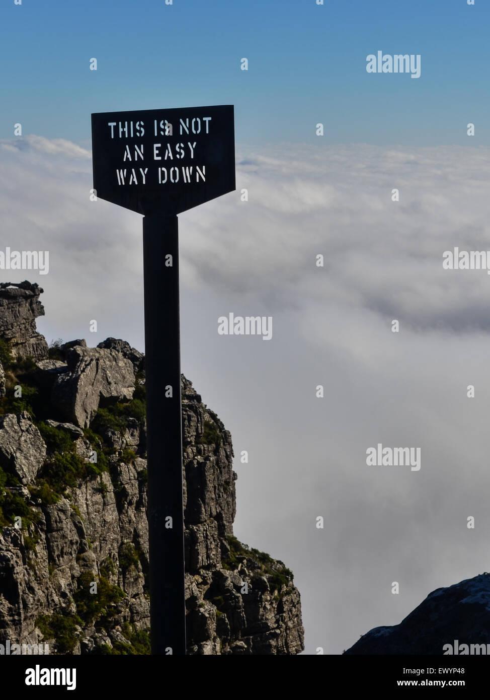 """Melden Sie liest """"dies keine einfache Möglichkeit nach unten am Rand der Tafelberg, Kapstadt, vor ein Stockbild"""
