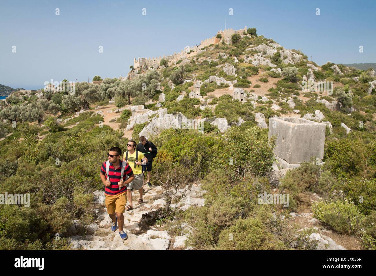 Trekking in der Nähe von Gräbern, Lykischen Weg, Männer Kalekoy, Demre, Simena, Türkei Stockbild