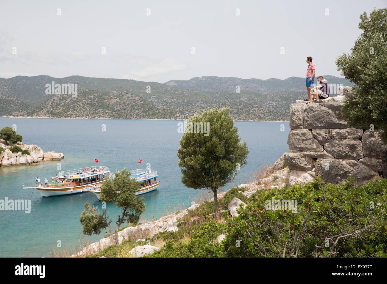 Zwei Männer, die mit Blick auf Küste auf dem Lykischen Weg, Türkei Stockbild