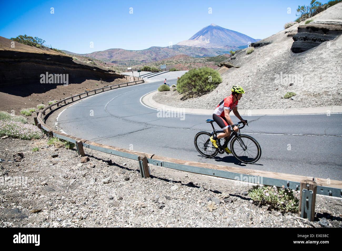 Männliche Radfahrer fahren kurvenreiche Straße, Teneriffa, Kanarische Inseln, Spanien Stockfoto