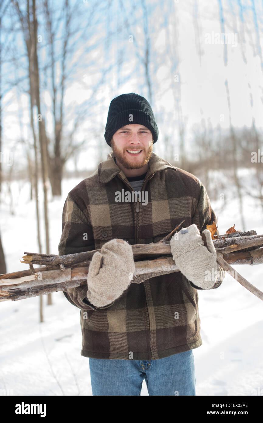 Mann, sammeln Holz im Wald, Youngs Point, Ontario, Kanada Stockbild
