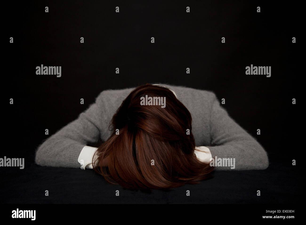Porträt der Frau ruhen Kopf auf Tisch Stockbild