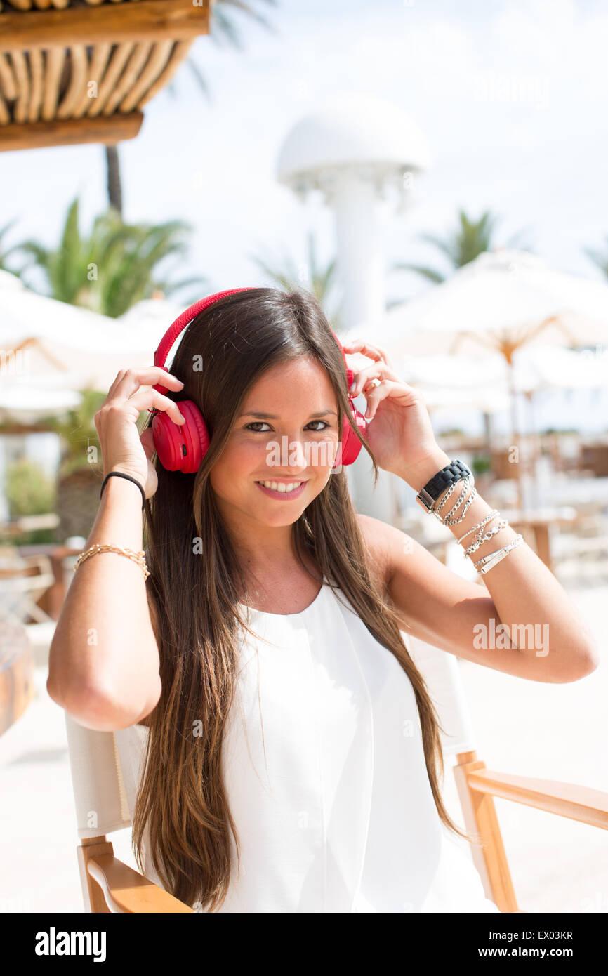 Porträt der jungen Frau hören, Kopfhörer, Ibiza, Spanien Stockbild