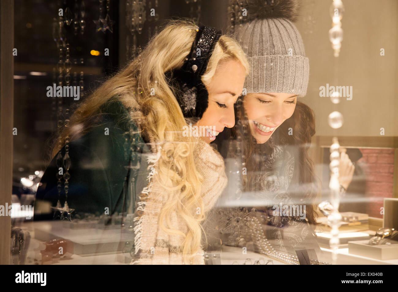 Zwei Mitte Erwachsenfrauen Schaufensterbummel Stockbild
