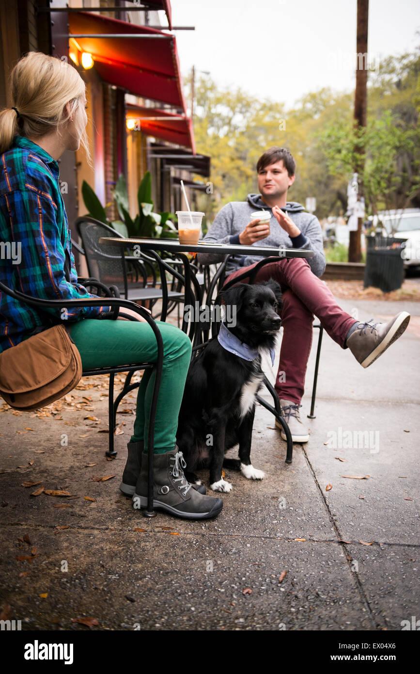 Paar mit Hund Kaffeetrinken am Bürgersteig Café, Savannah, Georgia, USA Stockbild
