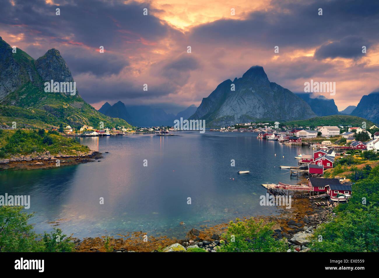 Reine. Malerische Stadt von Reine am Fjord auf Lofoten in Norwegen. Stockbild