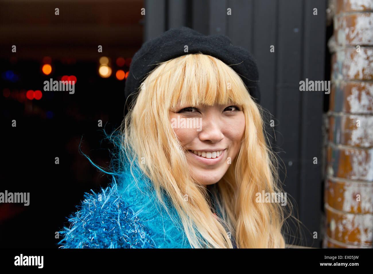 Porträt von Mitte erwachsenen Frau in blauen pelzigen top Stockbild