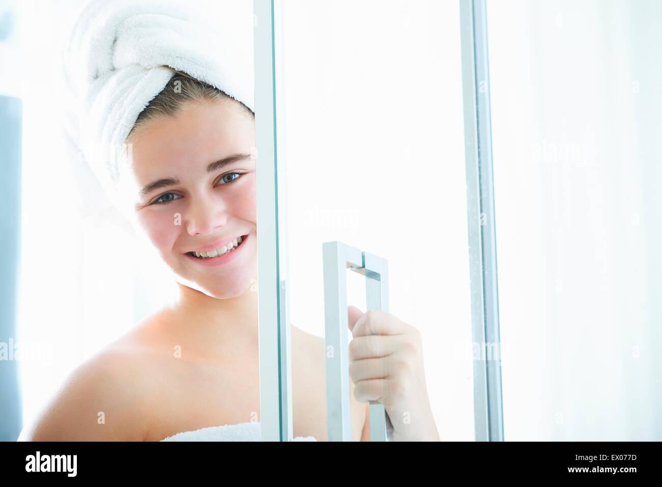 Bilder zu Teenager-Mädchen in der Dusche mit dem Smartphone im Wasserstrahl besessen Lizenzfreie Fotos Image 29052439.